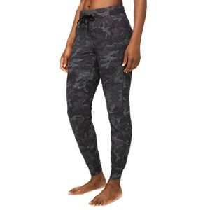 LULULEMON Ready to Rulu Jogger Pants in Incognito Camo HTR Black/Black Size 2